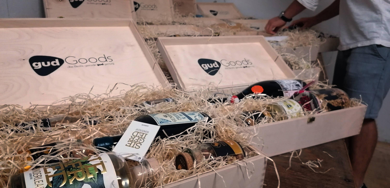 Holzboxen gefüllt mit Spirituosen, Nüssen Gin, Prosecco und Müsli