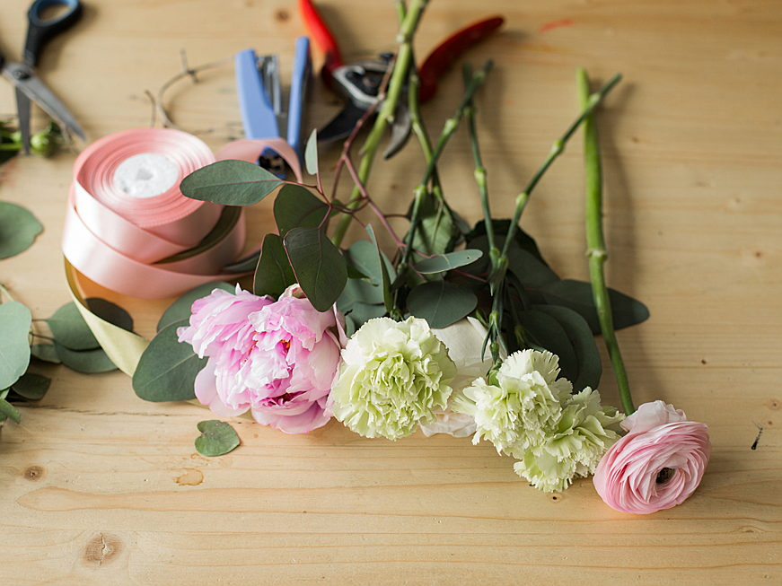 Sant Just Desvern - A colourful bouquet of flowers from the home garden conjures up joie de vivre in the four walls of the home. We show you how to tie your own bouquet!