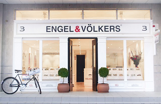 Hamburg - Exterior view of a franchise real estate shop at Engel Voelkers