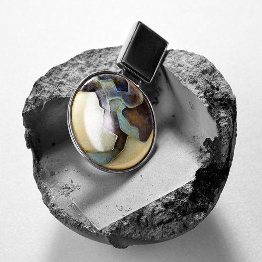 Кольцо с горячей эмалью и обсидианом.
