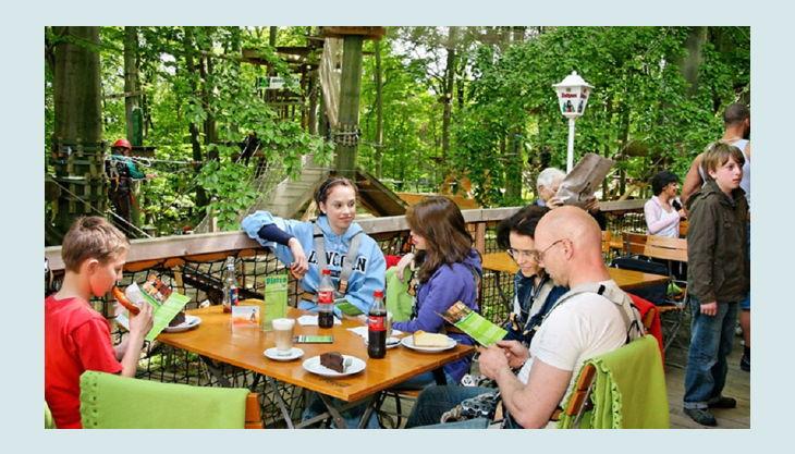 abenteuerpark potsdam sonnenterrasse mit blick in den kletterwald