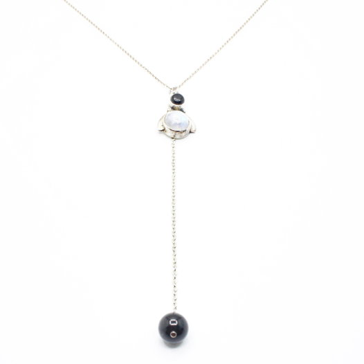 Серебряное колье-галстук с лунным камнем и агатом