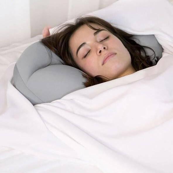 Femme dormant avec un oreiller à microbilles