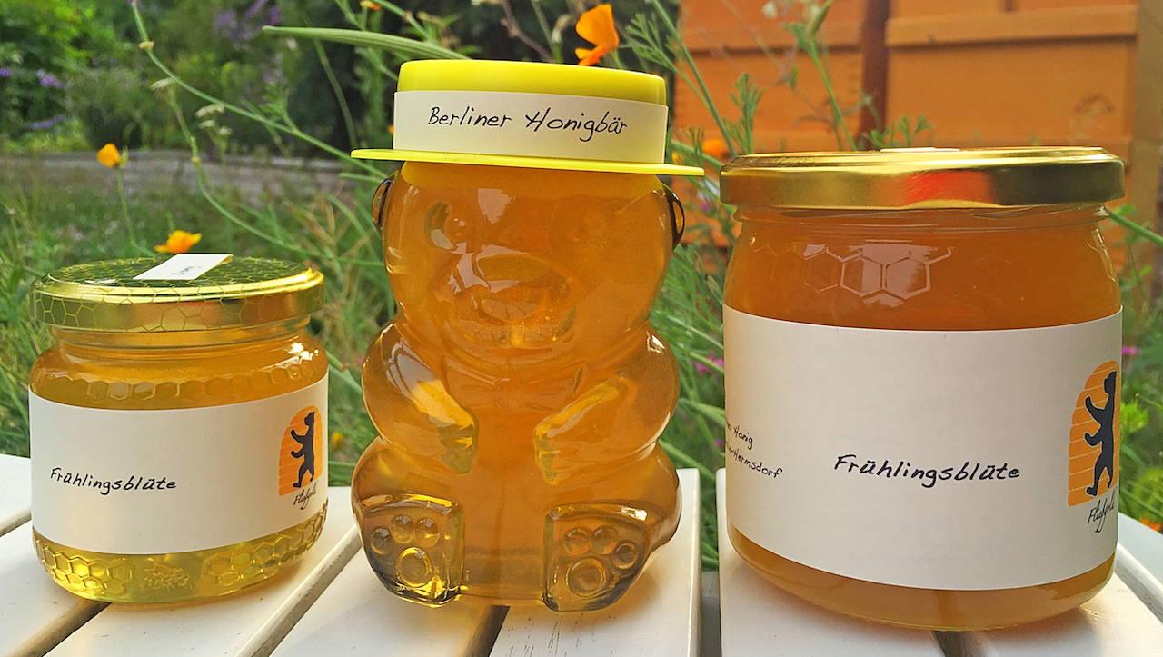 drei Honiggläser mit Biohonig der Imkerei Fließgold in Berlin