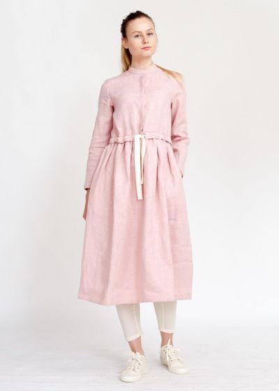 Светло-розовое платье на пуговицах из льна