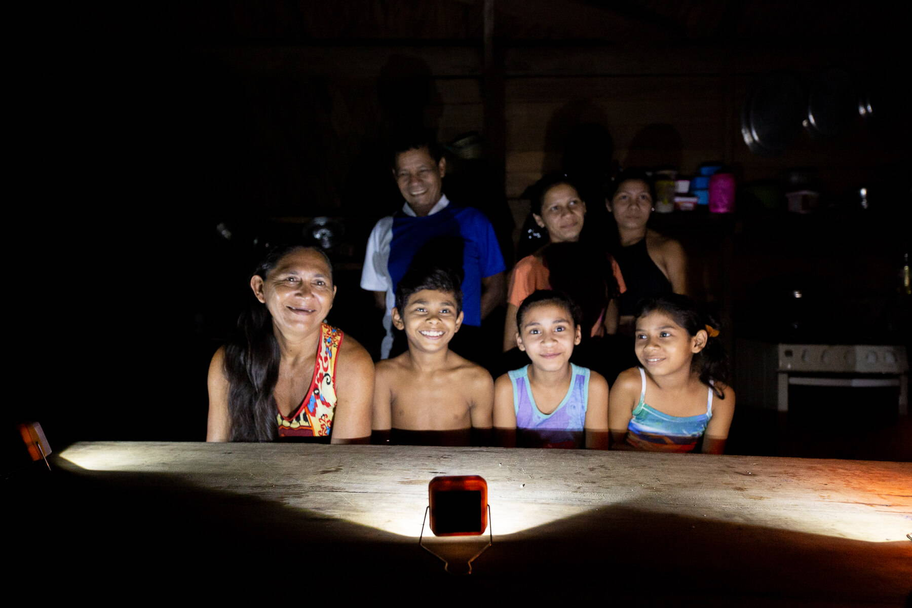 Una familia en la ribera del Amazonas utiliza la lámpara solar de Light for Humanity IMAGEN LIGHT HUMANITY.