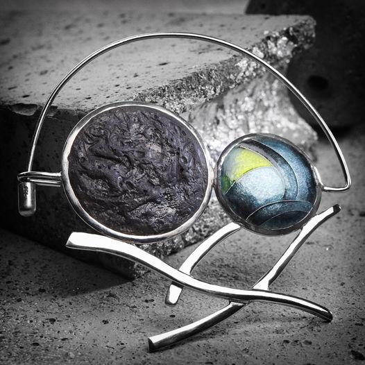 Серебряная брошь с горячей эмалью и бетоном