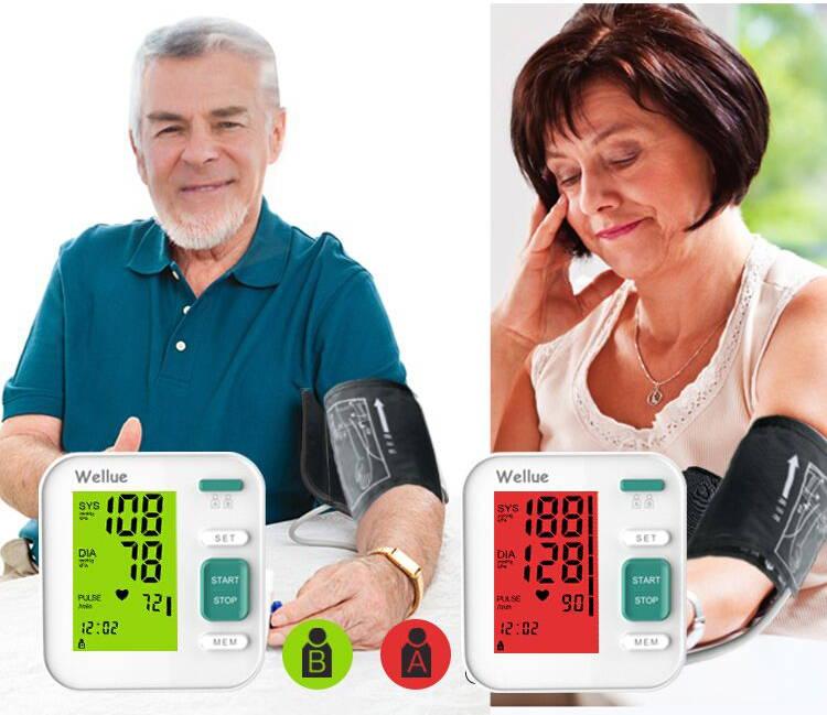 Zwei Personen messen ihren Blutdruck mit Echtzeitdaten auf dem Bildschirm