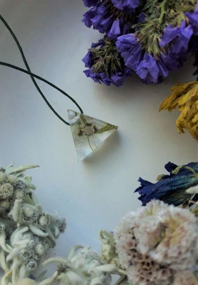Украшение ручной работы из экоксидной смолы с эдельвейсом