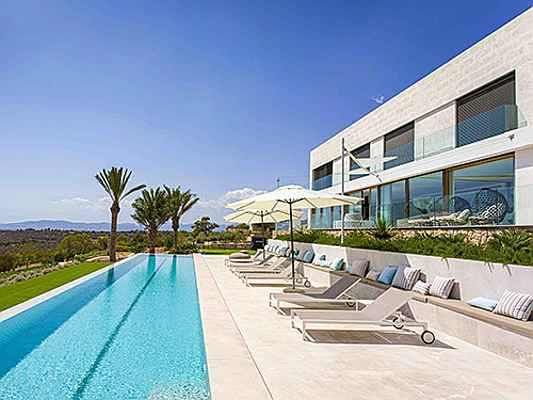 Mriehel - This contemporary designer villa in Puntiró is on the market for 4.9 million euros. Its open plan living concept and 20-metre swimming pool are particularly impressive. (Image source: Engel & Völkers Majorca Central)