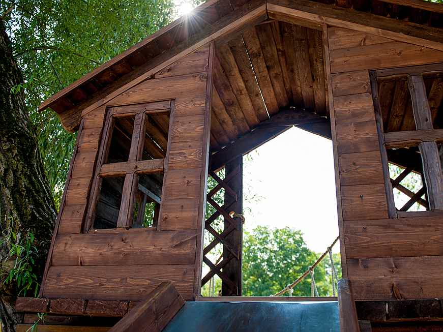 Riccione - Our guide to building to the perfect tree house design explains everything you need to know, even if your garden is bare.