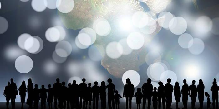 En gruppe mennesker holder i hånden fordi man i en investeringsforening går sammen om at investere.