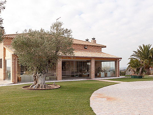 Hamburg - This recreation estate of 148 hectares includes an almond and olive farm with around 50.000 olive trees. Some exclusive features include a jacuzzi, sauna, swimming pool, golf course and tennis court. The asking price is 9.5 million euros.