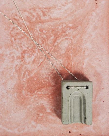 Кулон из бетона Серая Арка