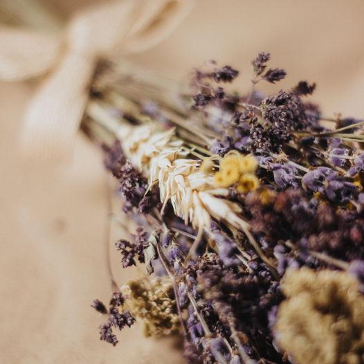 Букет из лаванды, душицы и сухоцветов