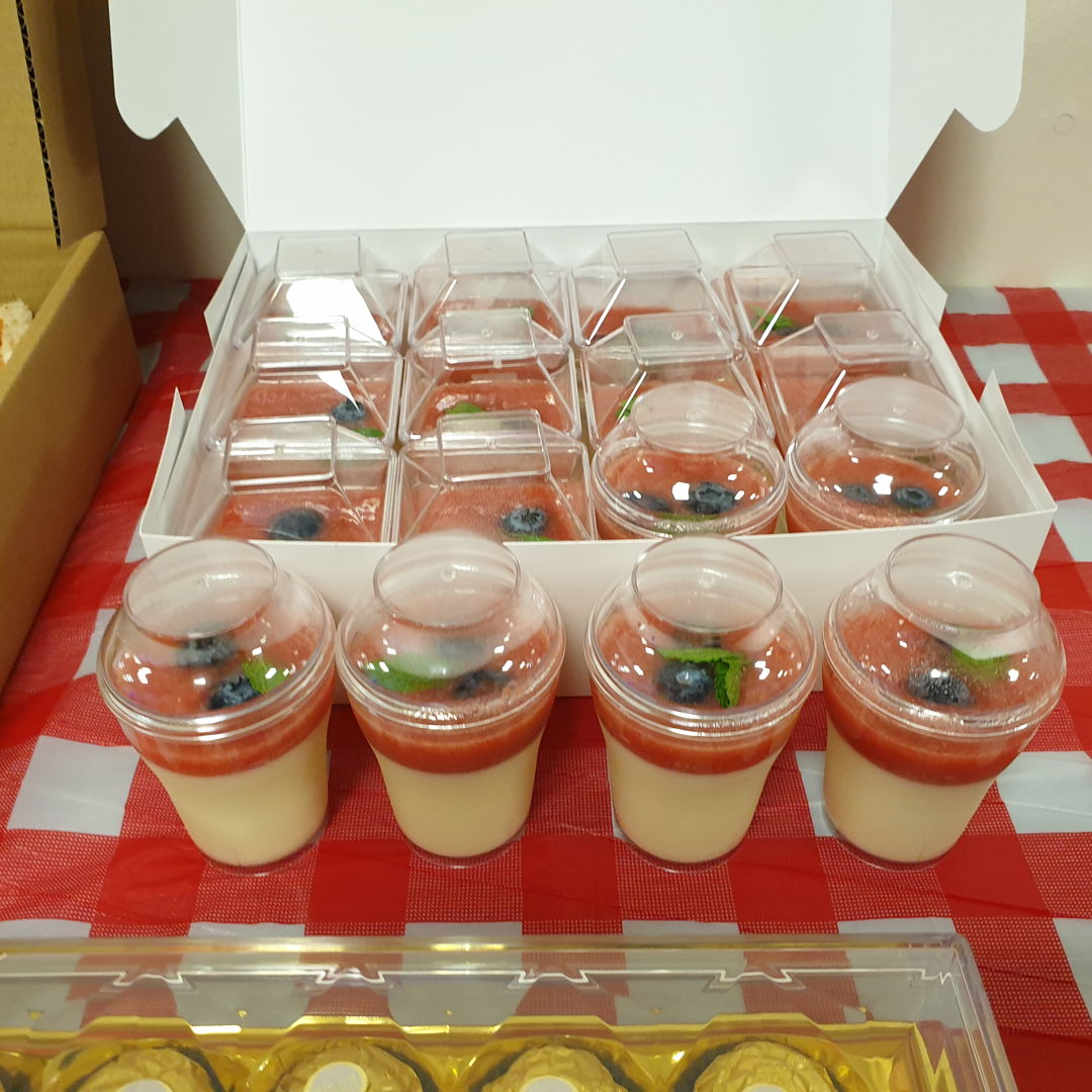 Made Strawberry Panna Cotta for Christmas eve brunch for my colleagues. So easy to make and it tastes yumz.