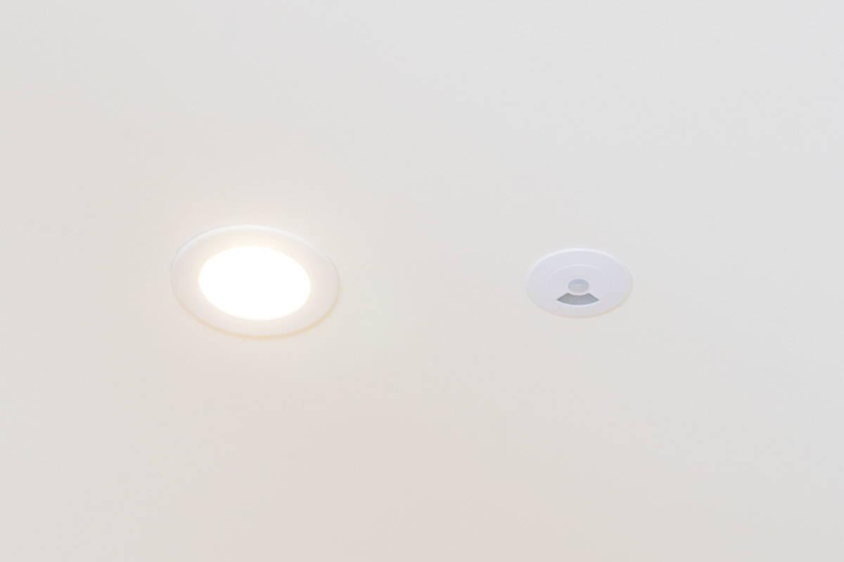 Faradite Bewegungsmelder 360 0-10 V Bewegungsmelder und Helligkeitssensor in Decke neben einem Downlight