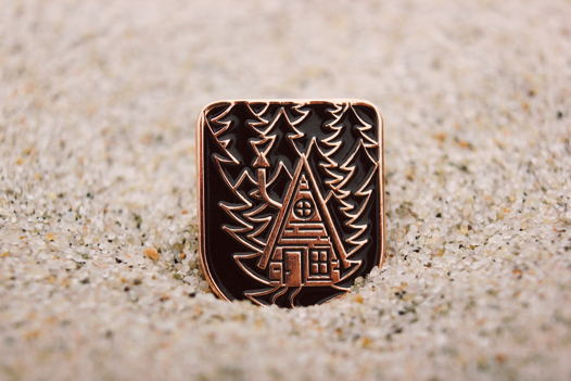 Хижина в ночном лесу — металлический значок с мягкими эмалями