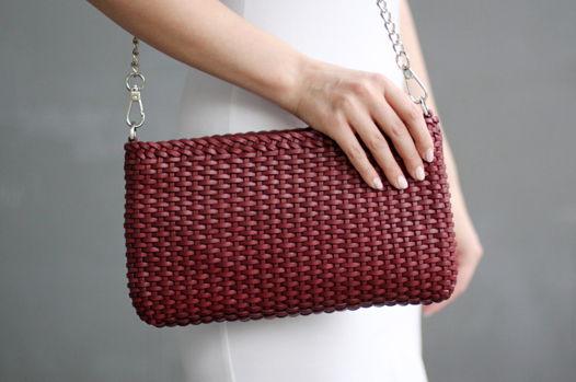 Плетеная бордовя сумка