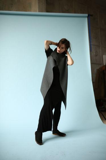 Кейп из серого сукна с необработанными краями