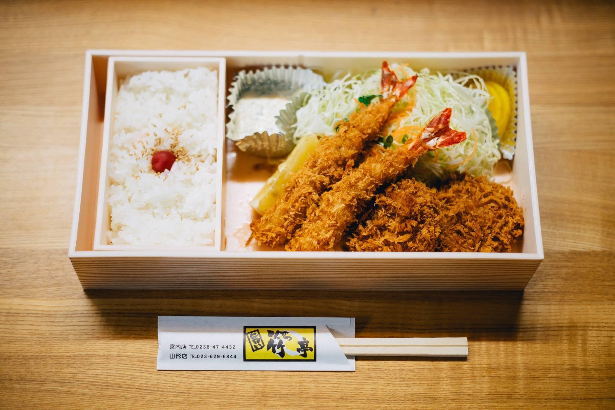 bento-chopsticks-cuisine-tempura-sashimi-japonais-riz-ecologique