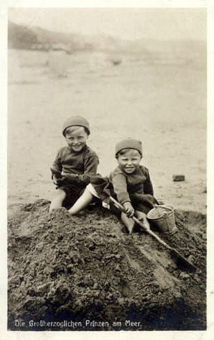Die Großherzoglichen Prinzen (sitzend) am Meer (bildgleich wie 1910)