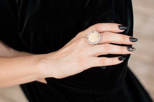 Кольцо из горного хрусталя, камней Сваровски и дуба