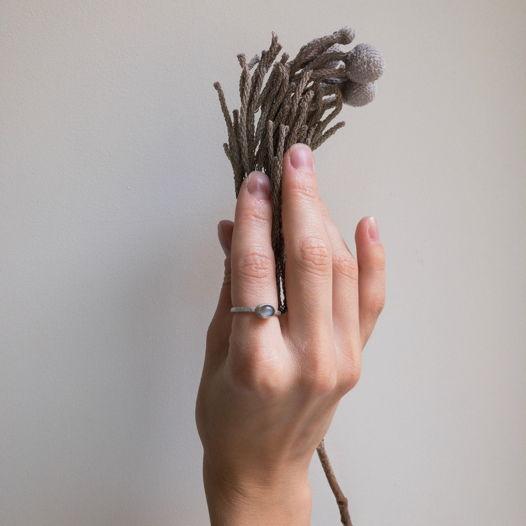 Серебряное кольцо с серым лунным камнем, размер 16,5