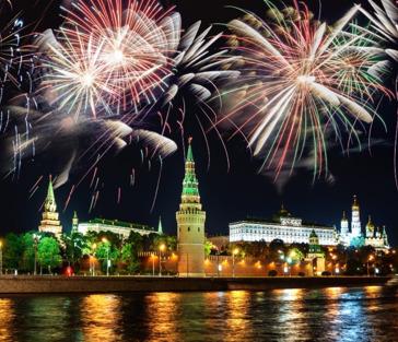 Просмотр салюта 9 мая с борта теплохода у стен Кремля