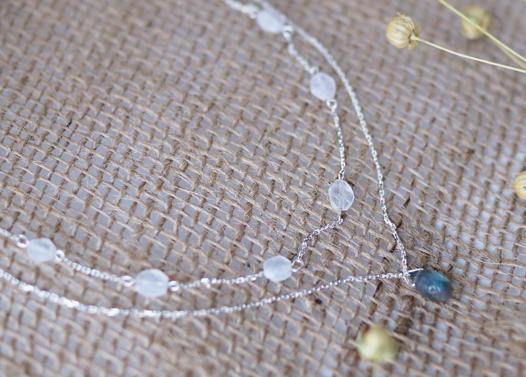 Серебряный чокер в две цепочки с лунными камнями и лабрадоритом