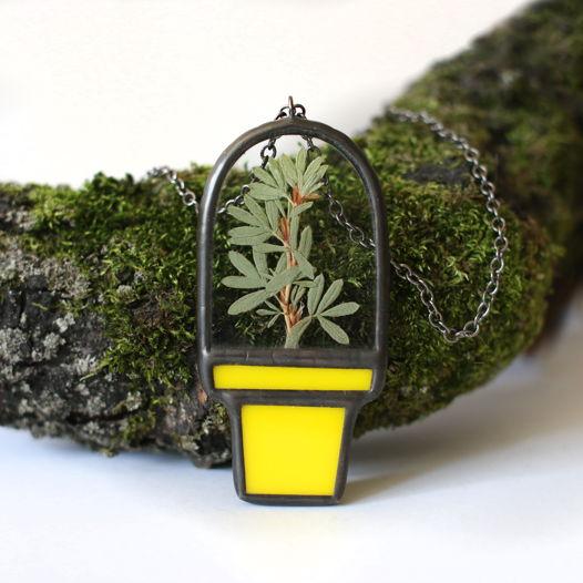 Кулон горшок из желтого и прозрачного стекла с гербарием.