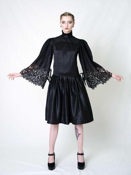 Пышное платье со стойкой и кружевными рукавами