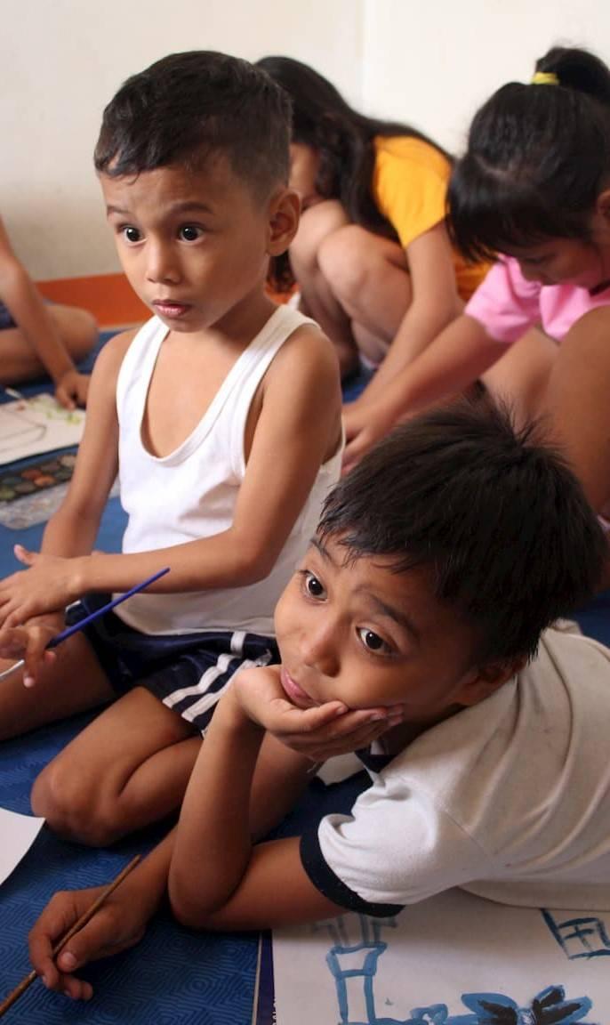 Don d'une brosse à dents à un enfant dans ele besoin de l'association enfants d'asie