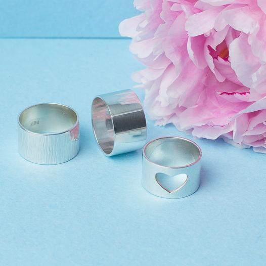 Серебряное широкое кольцо сердце