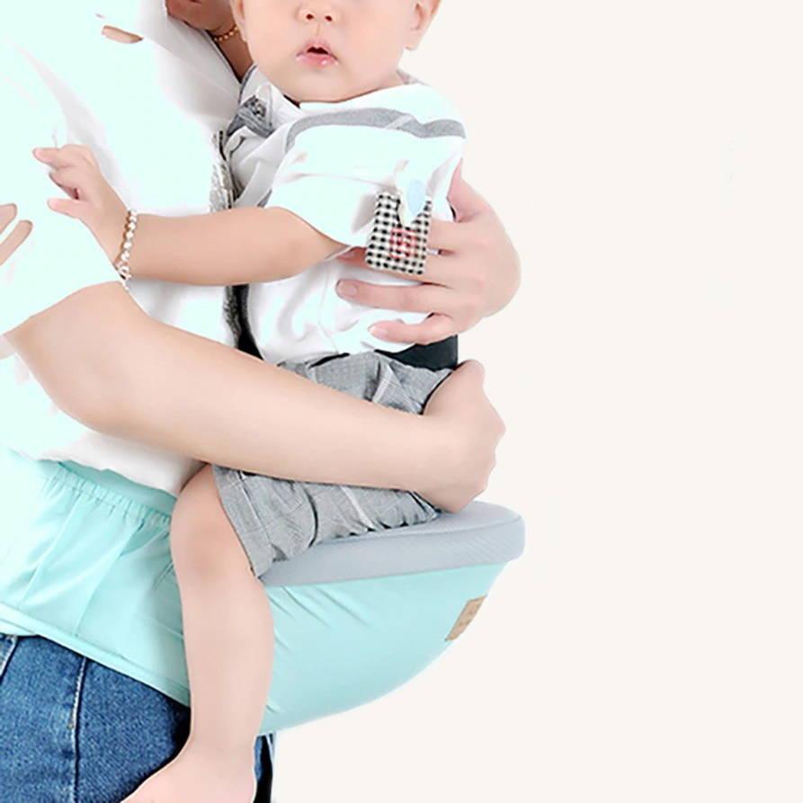 Bébé assis sur une ceinture porte bébé