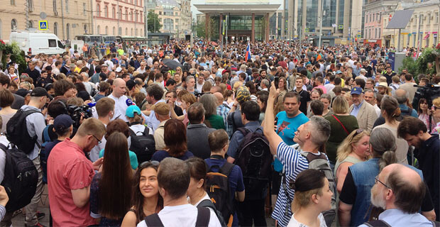Марш в поддержку Ивана Голунова на Чистых прудах. Проходят массовые задержания