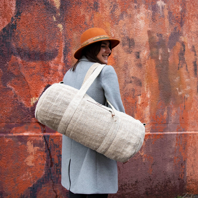 Sac polochon éthique Ujwalo en chanvre couleur café - Détails et finitions