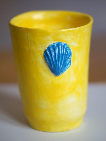 Лимонно-желтый стакан, напоминающий о море и солнце