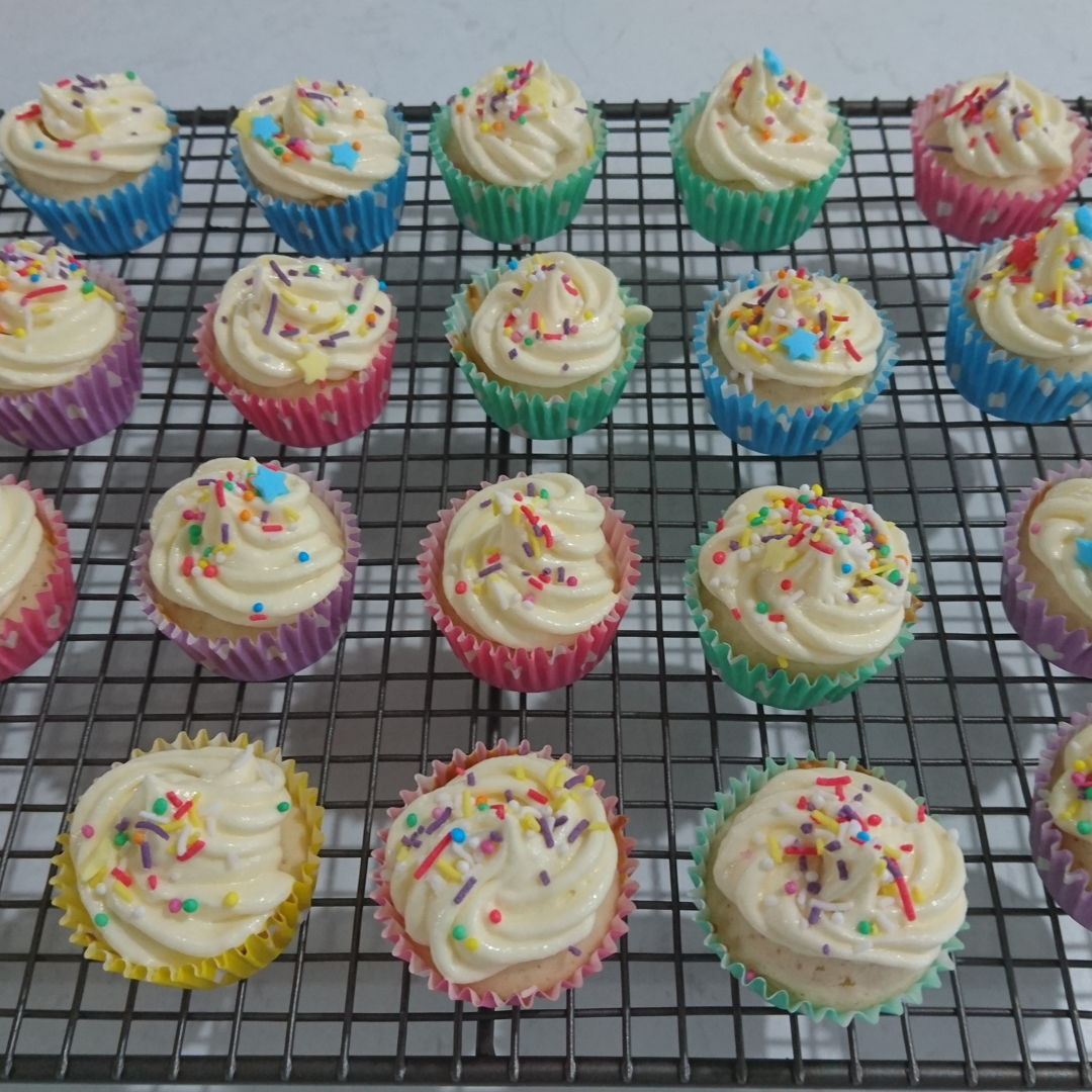 Date: 2 Jan 2020 (Thu) 18th Snack: Vanilla Cupcake [168] [135.5%] [Score: 7.5] I had always wanted to make cupcakes/muffins. I thought the fastest way to learn to make them is to buy a Prinetti Cupcake Making Kit. In the Kit there's a booklet showing 7 recipes to make cupcakes/muffins. This is the second of the seven.  1.Number of mini cupcake made (from the recipe): 26 2.Icing: How to make Perfect Buttercream Icing by CupcakeJemma 3.Topping: Magic Star Tops