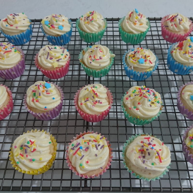 Date: 2 Jan 2020 (Thu) 18th Snack: Vanilla Cupcake [168] [135.5%] [Score: 7.5] I had always wanted to make cupcakes/muffins. I thought the fastest way to learn to make them is to buy a Prinetti Cupcake Making Kit. In the Kit there's a booklet showing 7 recipes to make cupcakes/muffins. This is the second of the seven.  1.	Number of mini cupcake made (from the recipe): 26 2.	Icing: How to make Perfect Buttercream Icing by CupcakeJemma 3.	Topping: Magic Star Tops