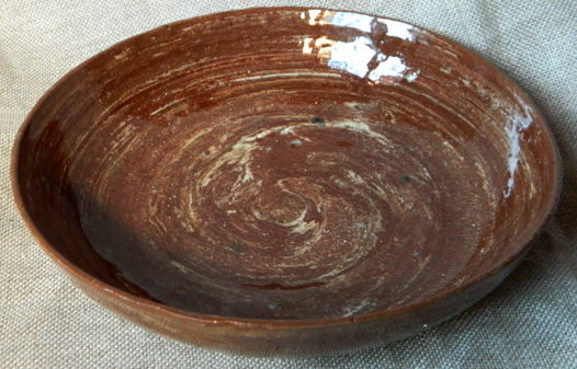 Керамическая тарелка коричнево-белая