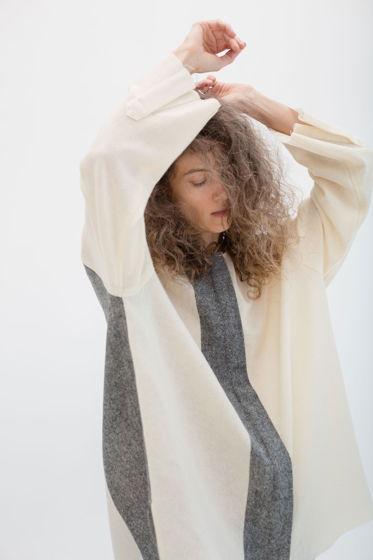Рубашка из тонкой шерсти *молоко с серой полосой* oversize, необработанные края, без воротника
