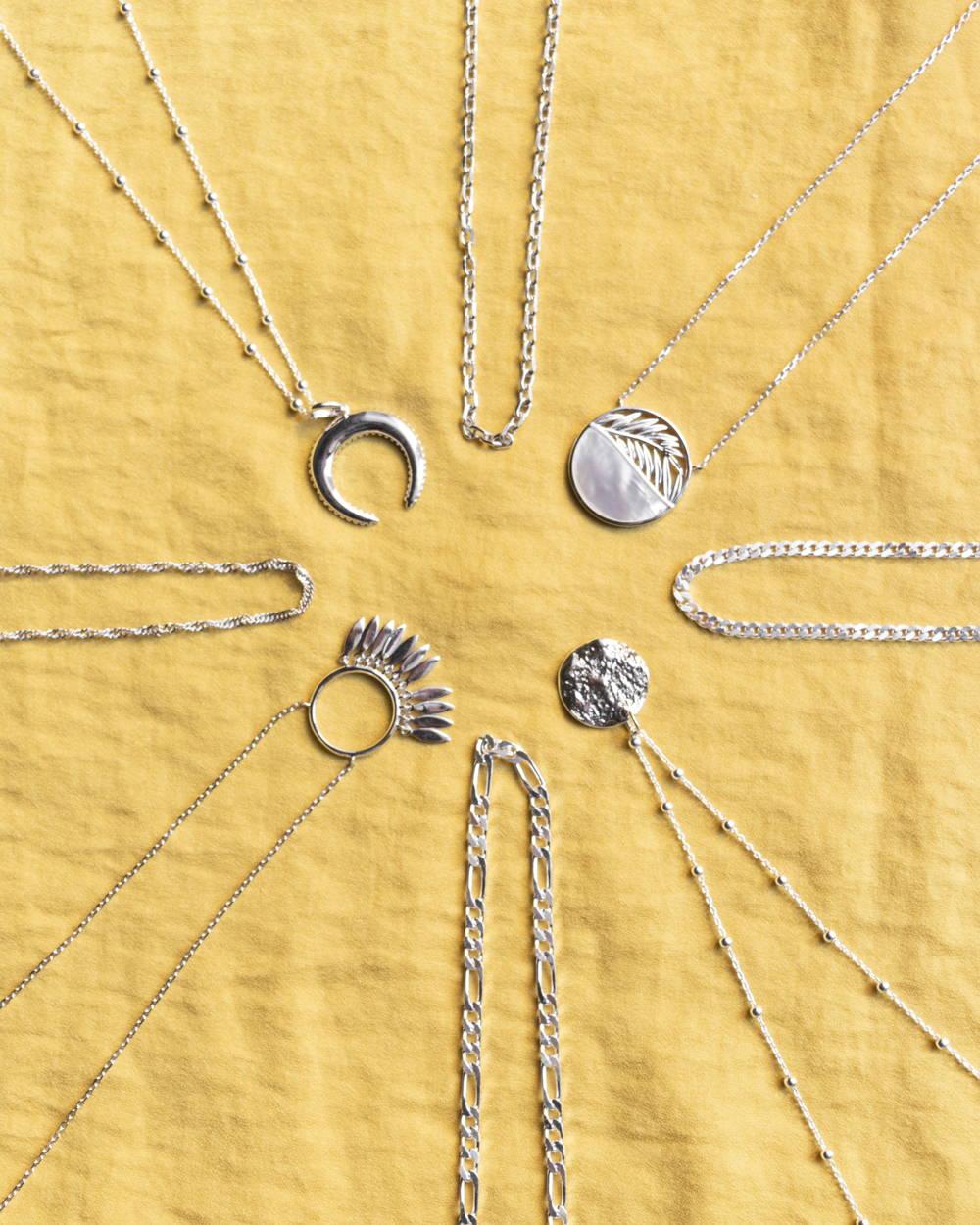 Colliers en argent sur fond jaune