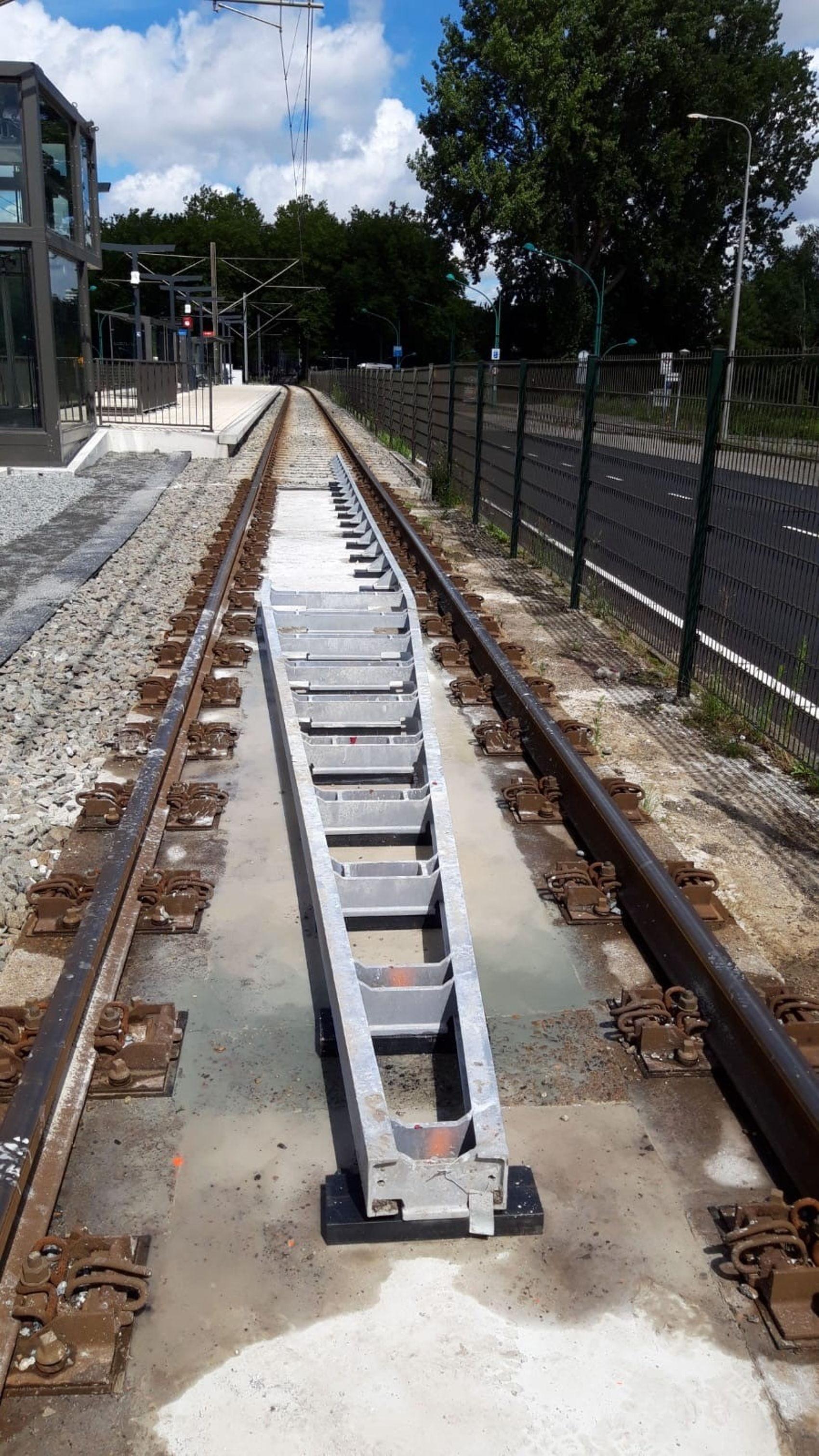 Bij halte Uilenstede is de ontsporingsgeleiding aangelegd. Die ziet er dus zo uit en is bedoeld om... een tram bij ontsporing te geleiden.