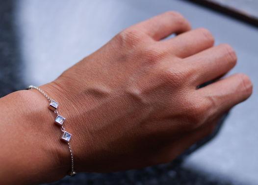 Серебряный браслет с лунными камнями и голубыми топазами
