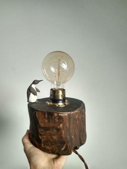 Деревянная ретро лампа с керамическим пингвином.