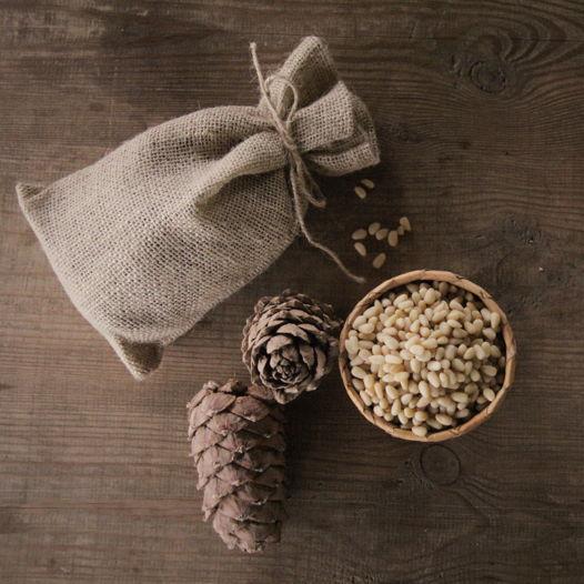 Кедровые орешки в джутовом мешочке