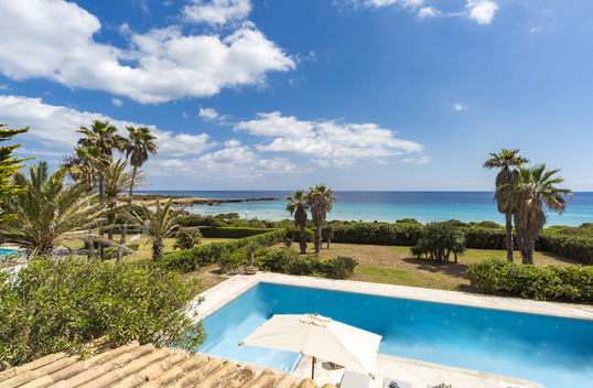 Bologna - This approx. 410 square metre villa is located directly on the west coast of Menorca. The property presides over six bedrooms and seven bathrooms, in addition to direct beach access. The asking price is 4.5 million euros.