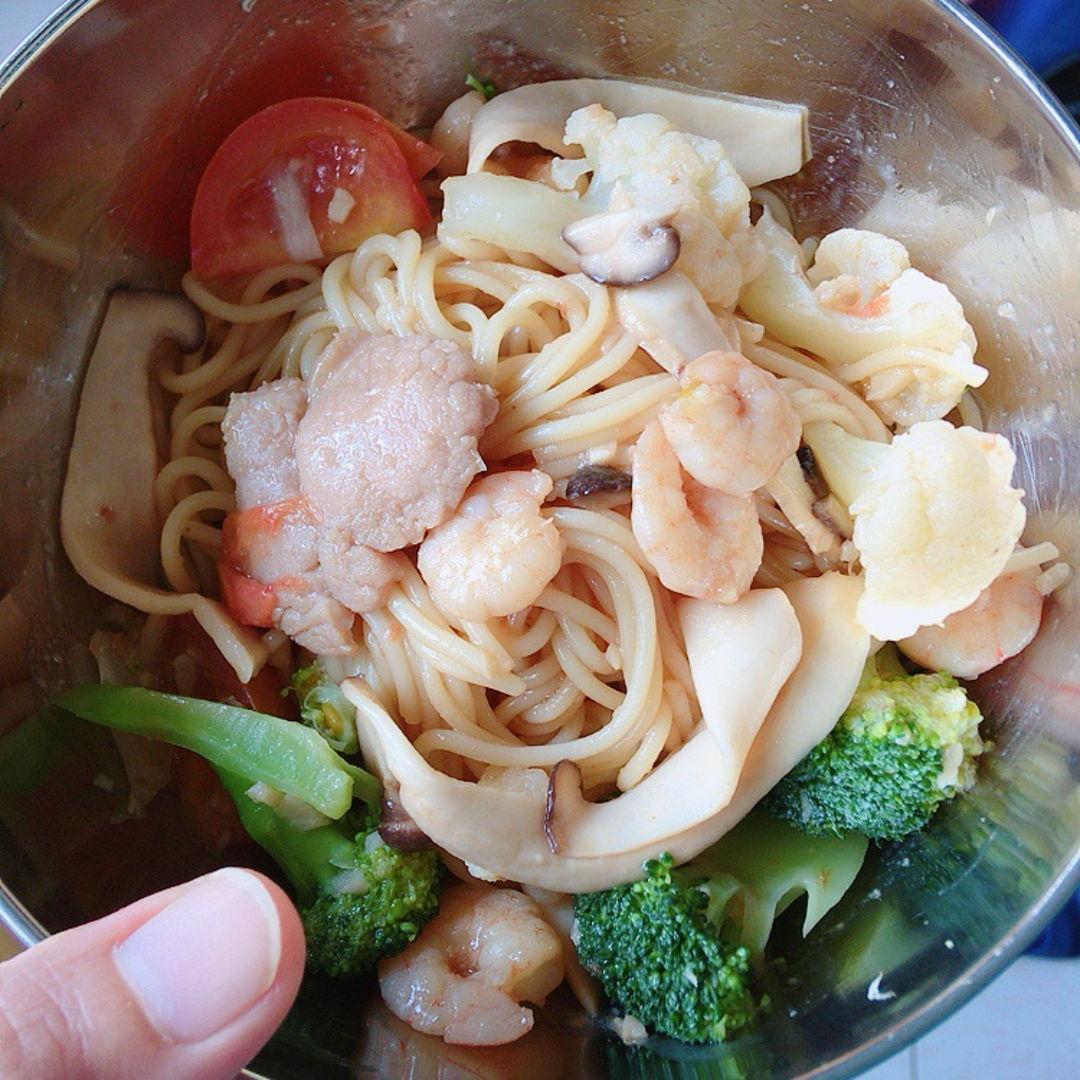 Spaghetti aglio e olio my way. 😋