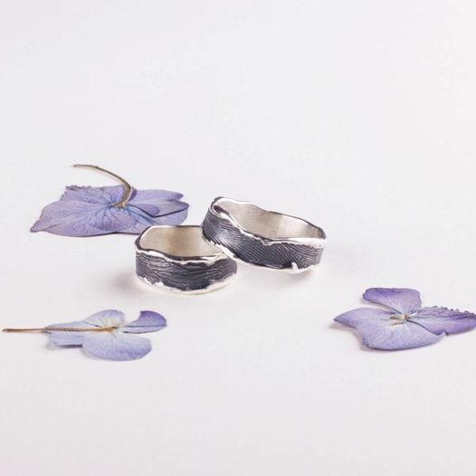 Серебряные обручальные кольца с оплавленными краями и неповторимой текстурой с чернением